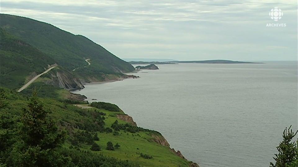 Paysage panoramique d'une route à flanc de colline et de la mer.