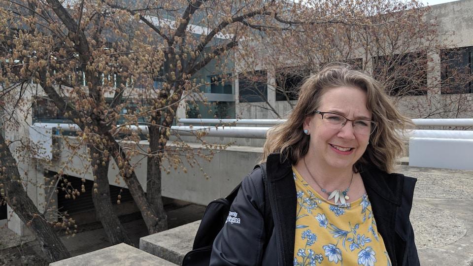 Marie-Eve Bussières devant l'entrée de la station de Radio-Canada, à Regina.