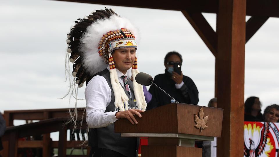 Le chef de la Première Nation Cowessess, Cadmus Delorme, lors d'une rencontre avec le premier ministre du Canada, Justin Trudeau, et le premier ministre de la Saskatchewan, Scott Moe, le 6 juillet 2021.
