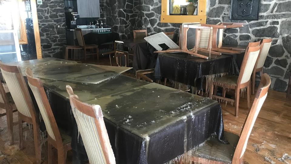 L'intervention des pompiers et l'incendie ont causé de lourds dégâts à la salle à manger.