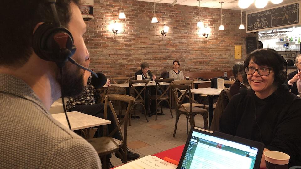 Marie-Josée Ouimet en entrevue avec Rudy Desjardins, au Café bicyclette à Edmonton.