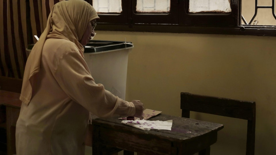 Une électrice égyptienne dans un bureau de vote  de la circonscription de Shubra au Caire