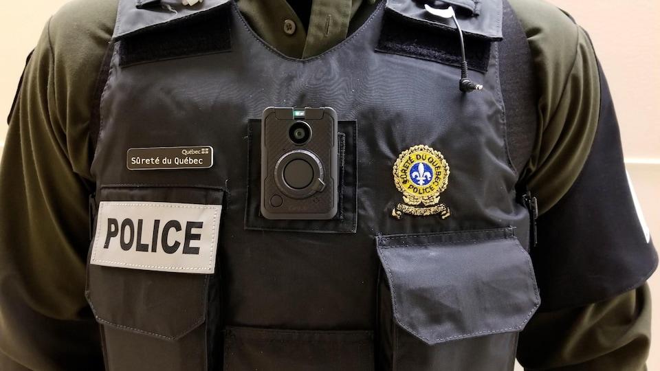 Le buste d'un agent de la Sûreté du Québec, où est installé une petite caméra.