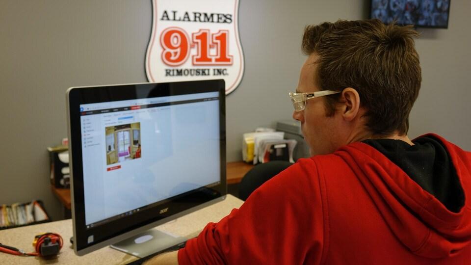 Guillaume Lavigne regarde les images tournées par une caméra thermique sur un écran d'ordinateur.