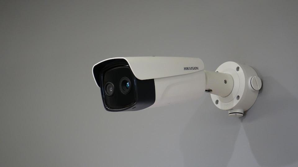 Une caméra thermique fixée sur un mur.