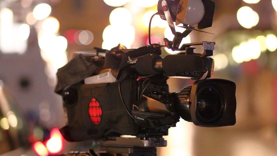 Une caméra de reportage portant le logo de Radio-Canada.