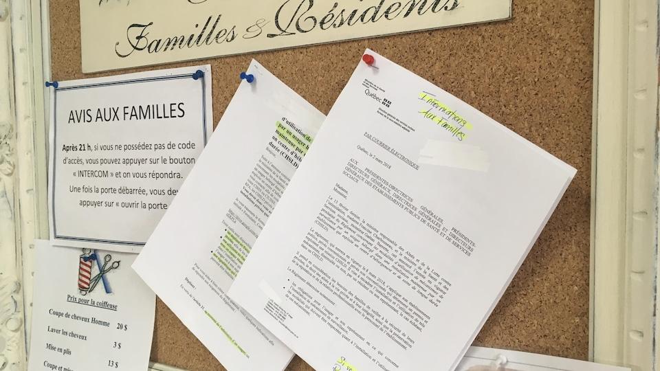 Une copie de la nouvelle politique encadrant l'installation de caméras de surveillance dans les chambres de résidents de CHSLD est épinglée sur le babillard pour les messages à l'attention des familles et résidents dans tous les CHSLD de la Côte-Nord.