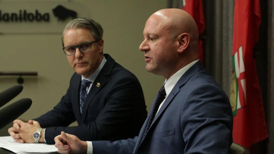 Les deux hommes sont côte à côte en conférence de presse.