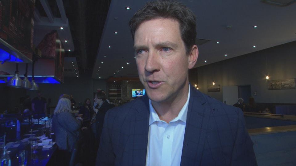 Cameron Montgomery dans une salle lors d'un rassemblement politique
