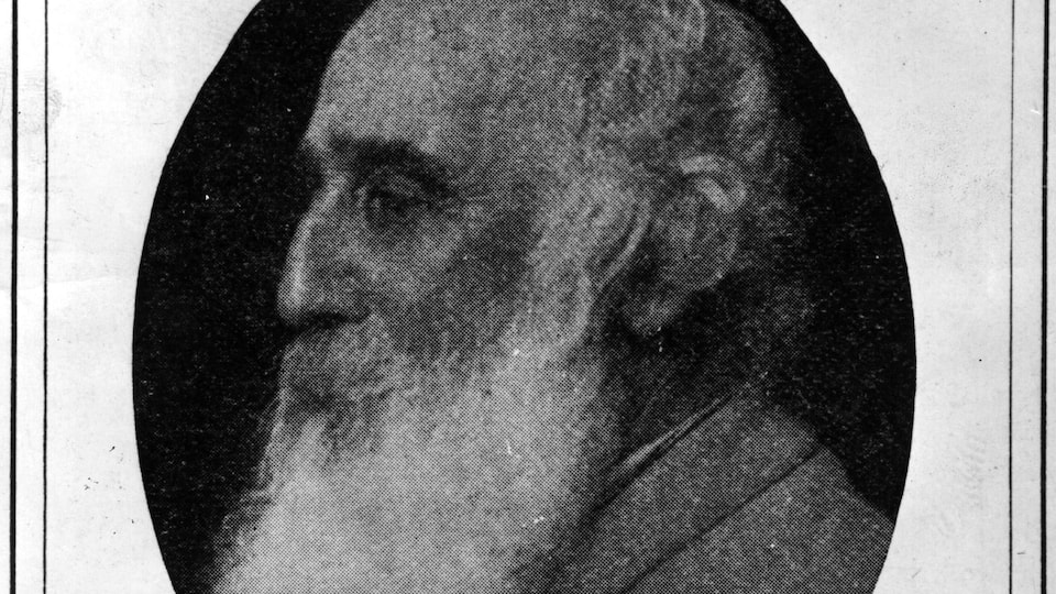Portrait en noir et blanc de l'homme.