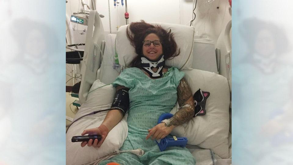 Camille René souriante, sur son lit d'hôpital