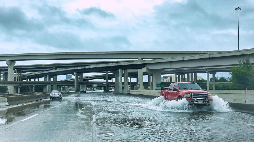 Les automobilistes font demi-tour sur les autoroutes inondées.