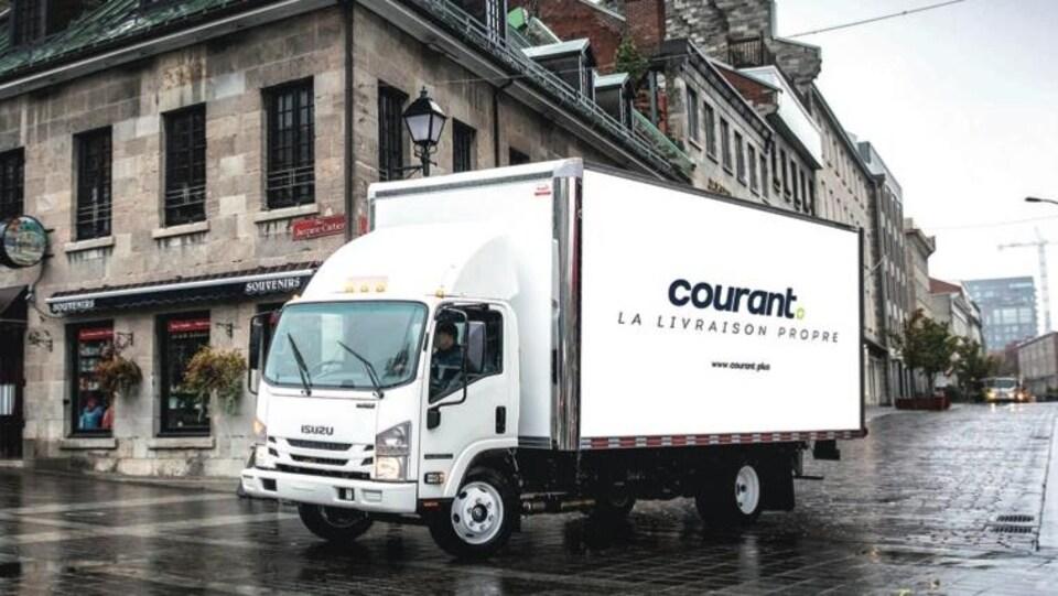 Un camion de livraison électrique dans les rues de Montréal.