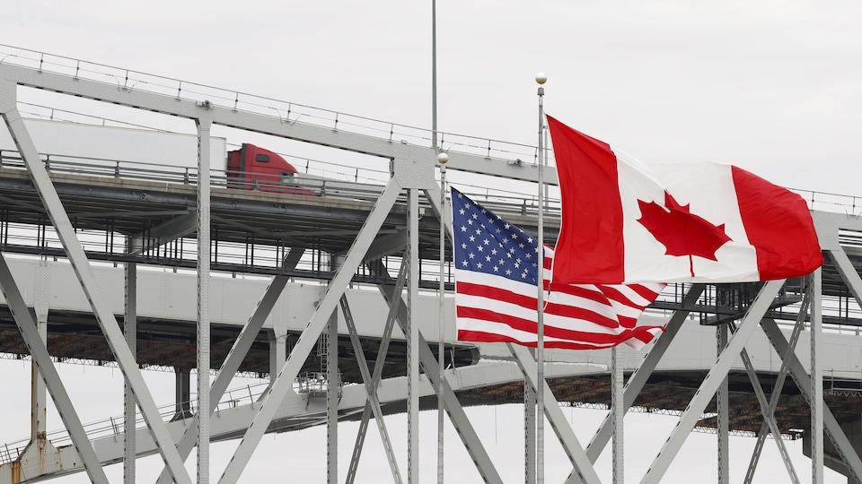 Un camion sur le Blue Water Bridge entre Port Huron, au Michigan, et Sarnia, en Ontario.