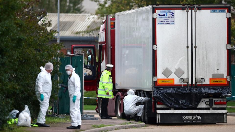 Des policiers sur les lieux où des corps ont été découverts à Grays, Essex.