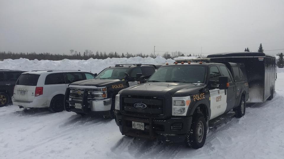 Des camions de la Police provinciale de l'Ontario.