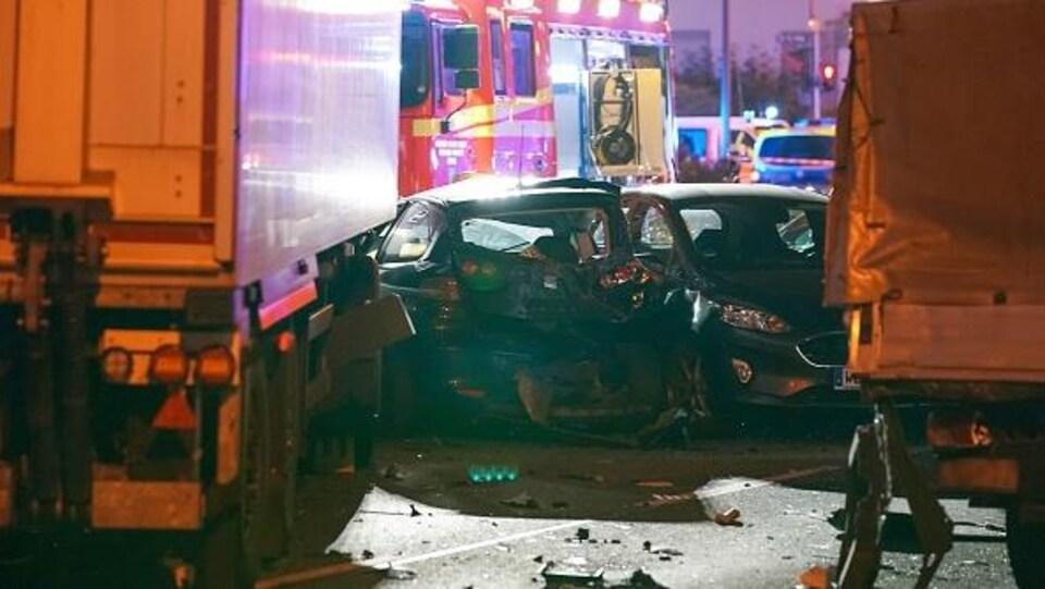 Un camion après avoir percuté des voitures.