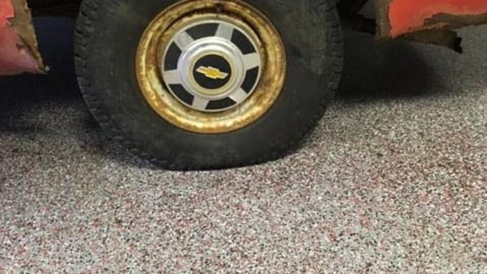 De la rouille autour d'un pneu de la camionnette.