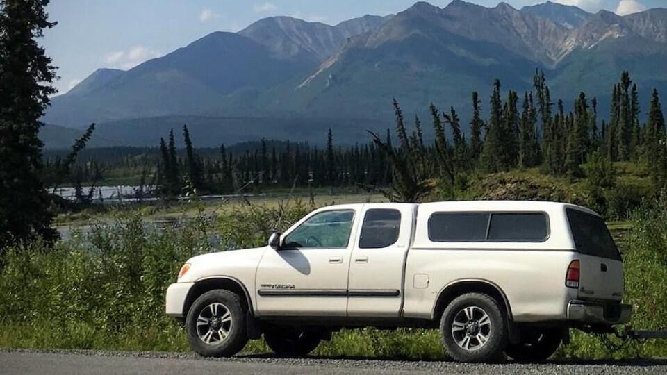 Un camion blanc arrêté sur une route du Yukon.