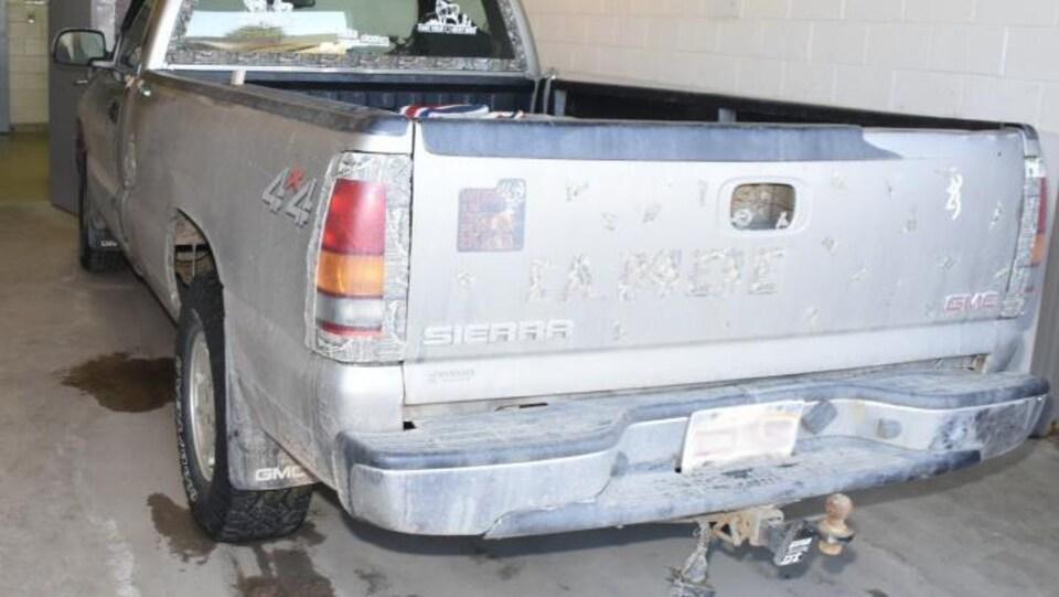 Décalcomanies sur la camionnette qui aurait été impliquée dans l'accident