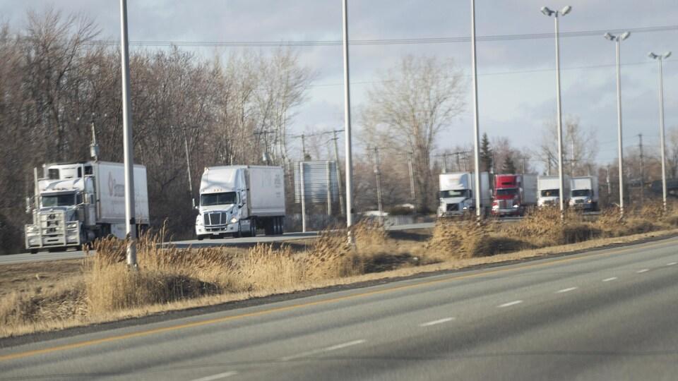 Plusieurs camions sur une route.