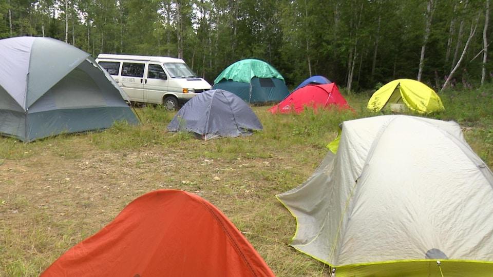 Le Camp de la rivière regroupe de plus en plus de militants.