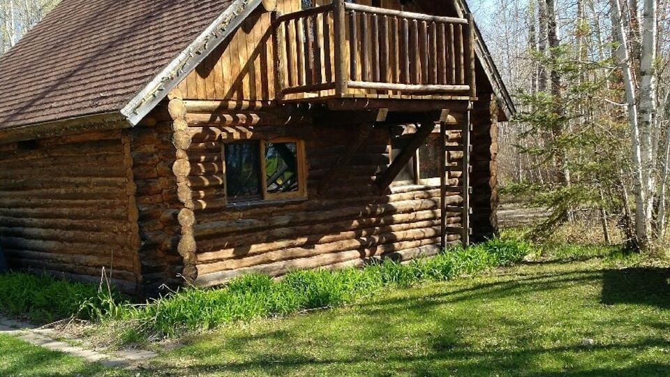 Une cabane en rondin.