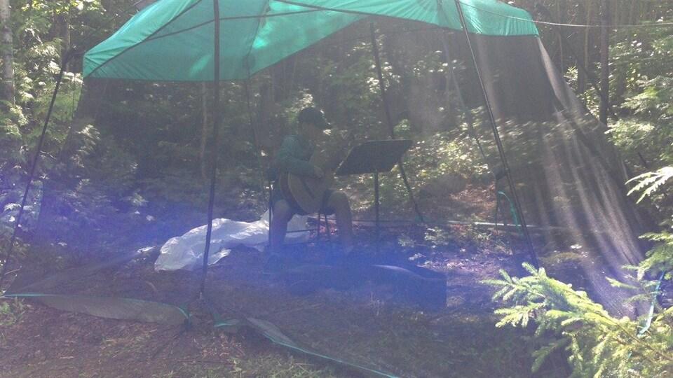 Le Camp musical du lac Matapédia manque tellement de locaux que certains jeunes doivent répéter dans des abris-moustiquaires.