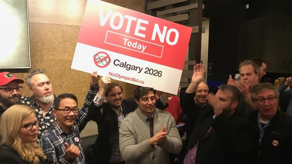 Vue sur un groupe de personne qui brandit une affiche sur laquelle il est écrit: votez non aujourd'hui.