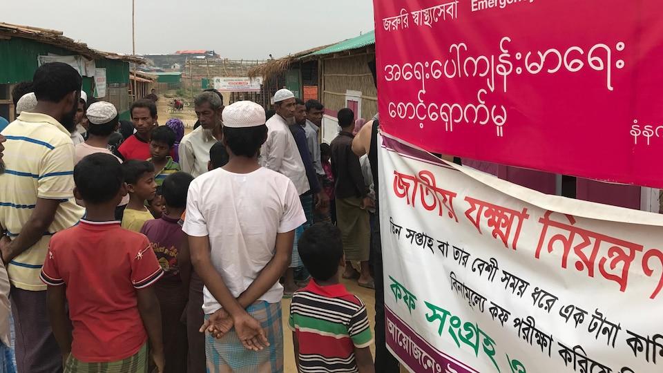 Un point de service de santé mis sur pied par un organisme humanitaire dans le camp de réfugiés