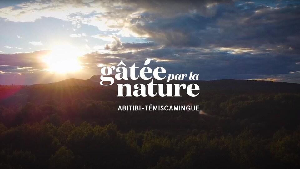Une infographie indique «Gâtée par la nature» sur un fond de coucher de soleil sur la forêt boréale.