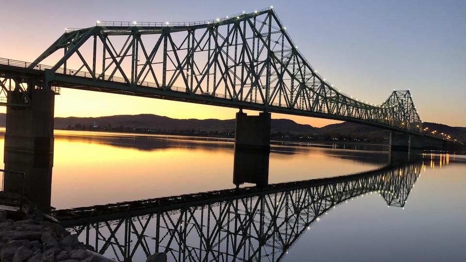 Le soleil se couche derrière le pont