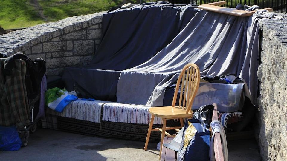 Des couvertures forment une tente.
