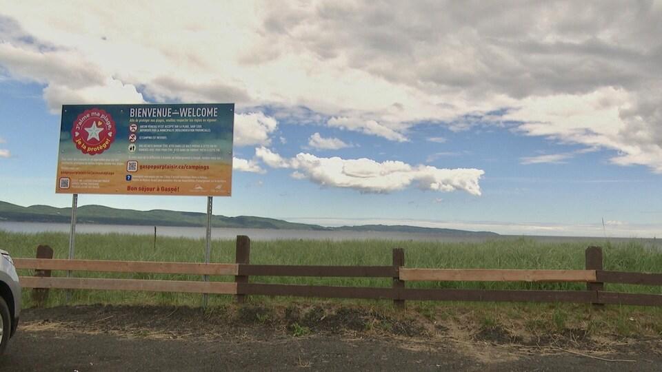 Les abords clôturés de la plage de Haldimand. Une affiche mentionne les règlements en détail.