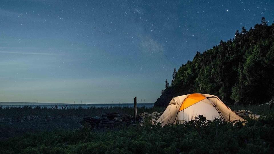 Une tente sous les étoiles.