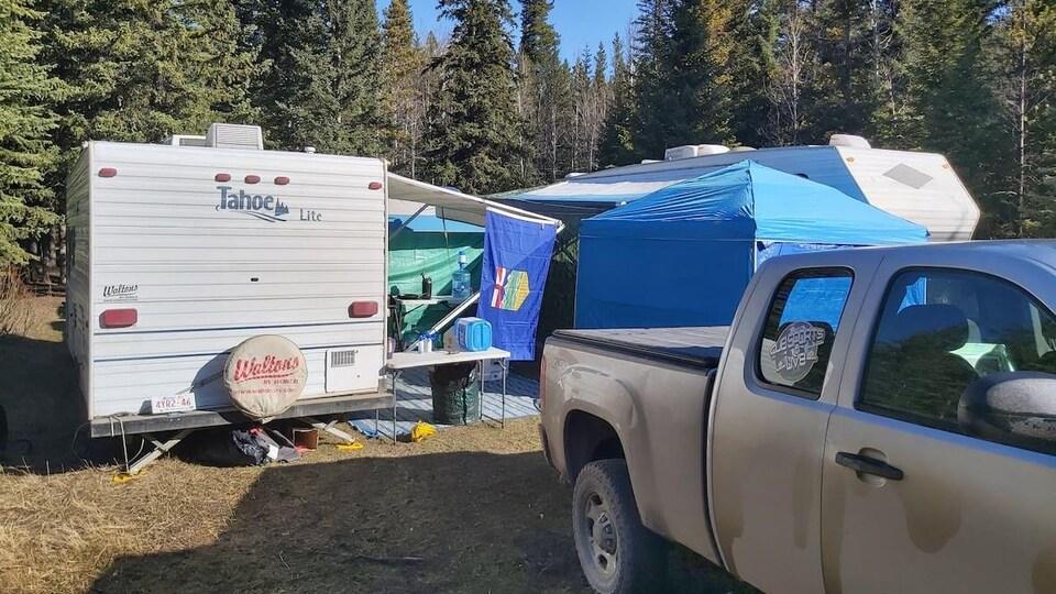 Un terrain de camping avec des roulottes.