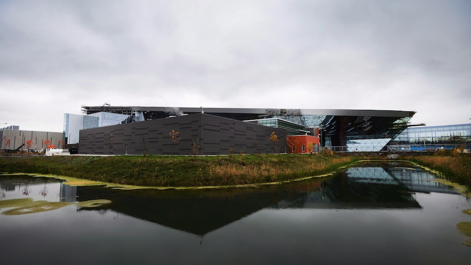 Un édifice derrière un étang.