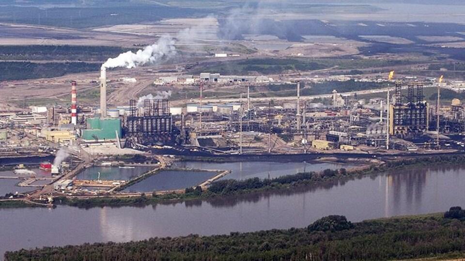 L'installation minière de Suncor le long de la rivière Athabasca.