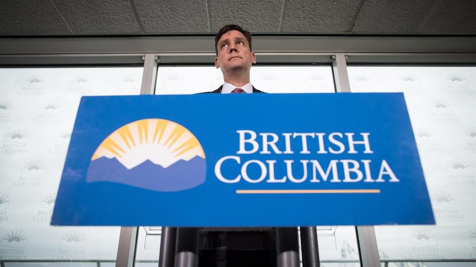 Le procureur général de Colombie-Britannique David Eby devant un lutrin.