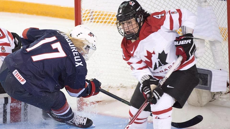 Brigette Lacquette sur la patinoire lors des championnats du monde de hockey féminin en 2016.