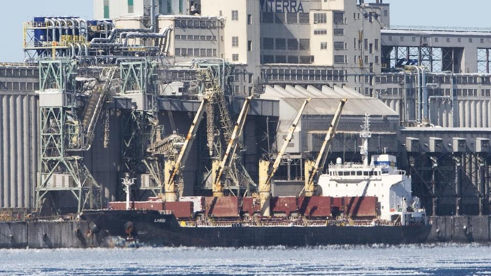 Des conteneurs sur un navire amarré dans le port de Montréal.