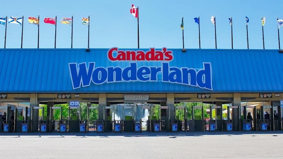 La façade du parc d'attractions