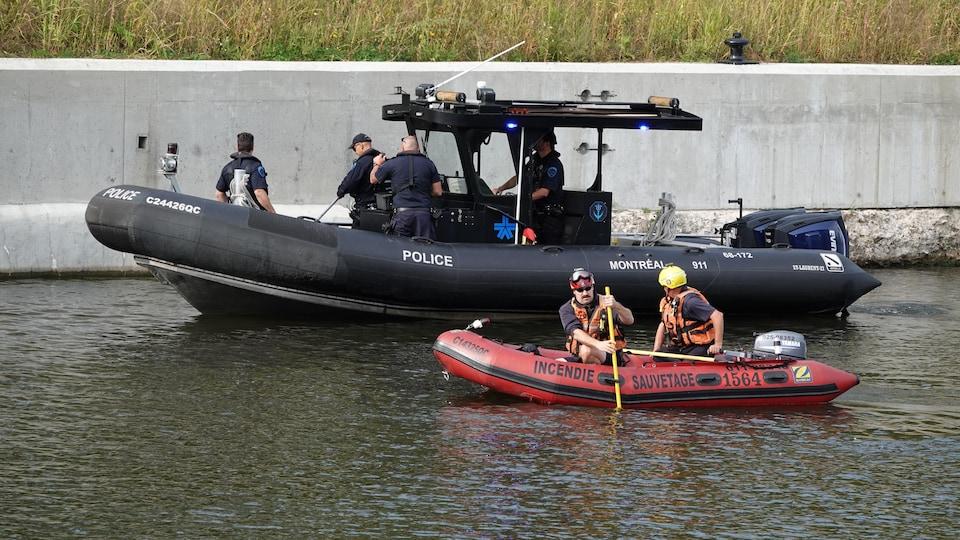 Des agents participent aux recherches à bord de deux bateaux sur le canal.