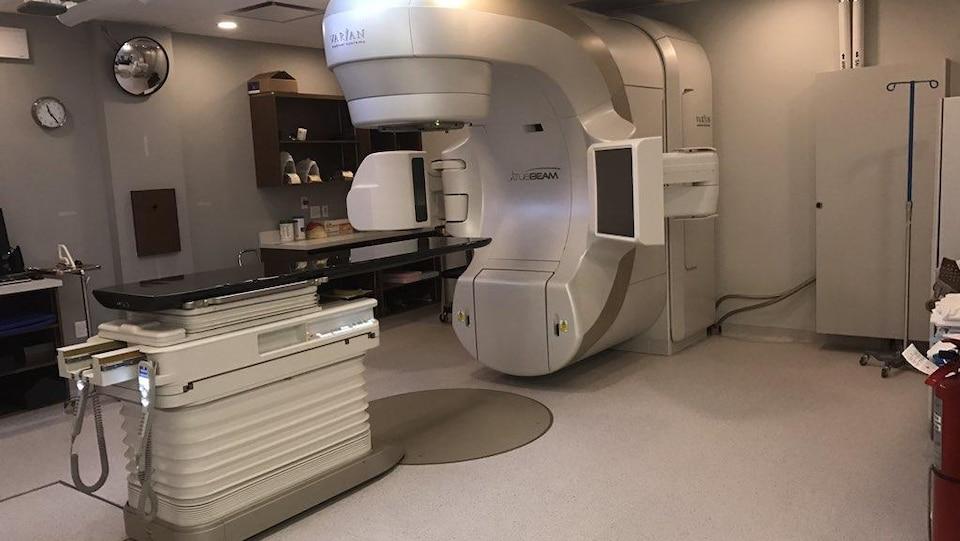 Une machine de radiothérapie dans une salle d'un hôpital.