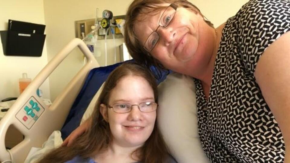 Sheila Elson affirme qu'un médecin lui a conseillé de penser à l'aide médicale à mourir pour sa fille.