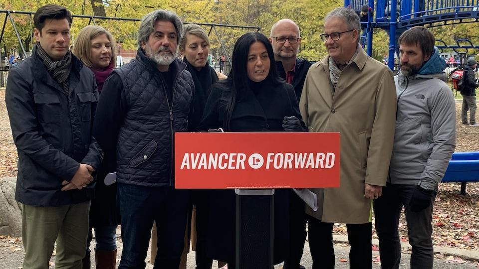 Huit candidats du Parti libéral du Canada font une annonce dans un parc.