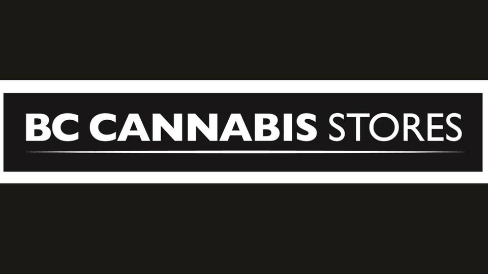 Affiche indiquant BC Cannabis Stores en blanc sur fond gris foncé.
