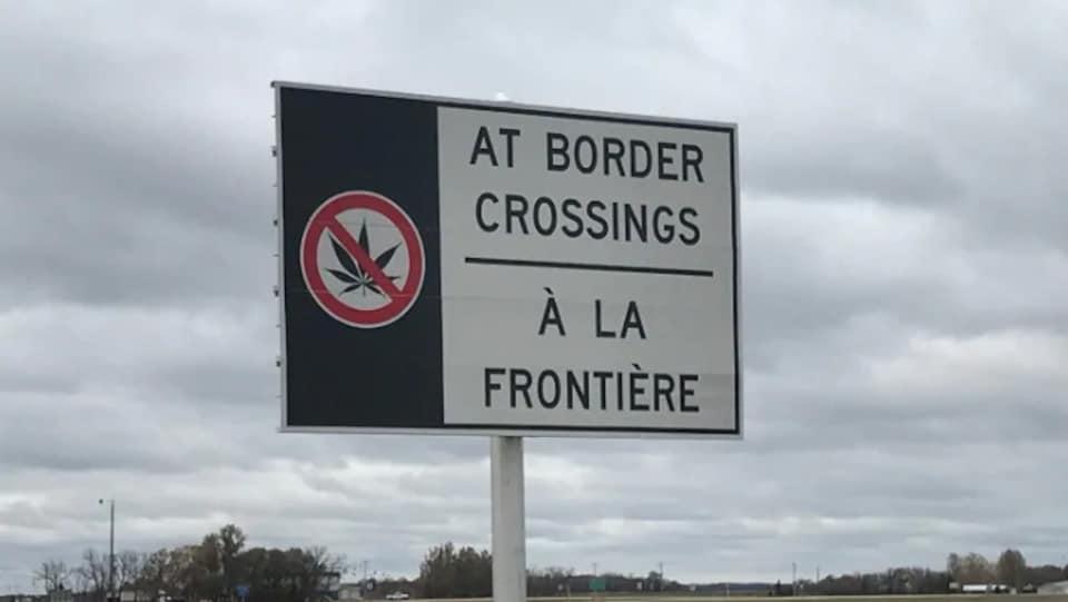 Une pancarte installée par l'Agence des services frontaliers du Canada avisant les voyageurs de ne pas traverser la frontière américaine avec du cannabis.