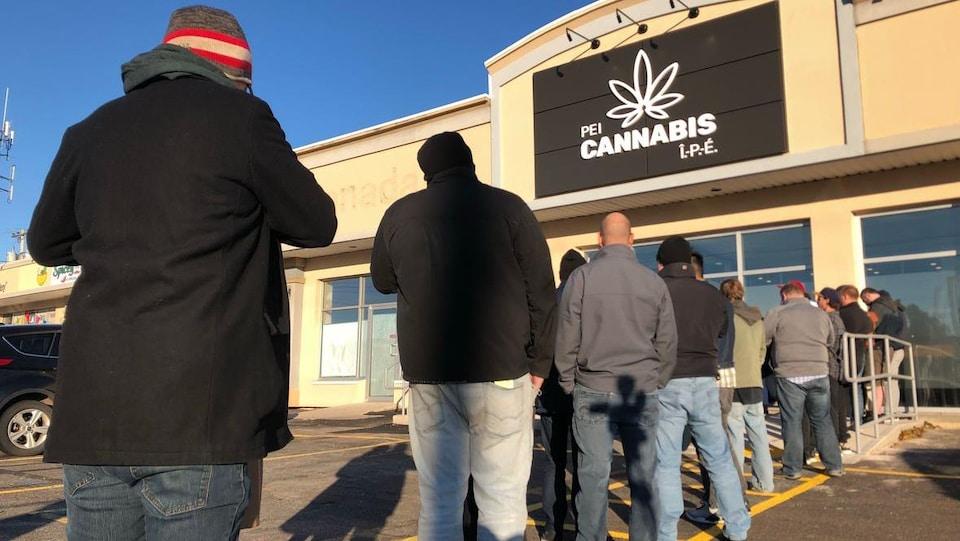 Une longue file d'attente devant une succursale de Cannabis.