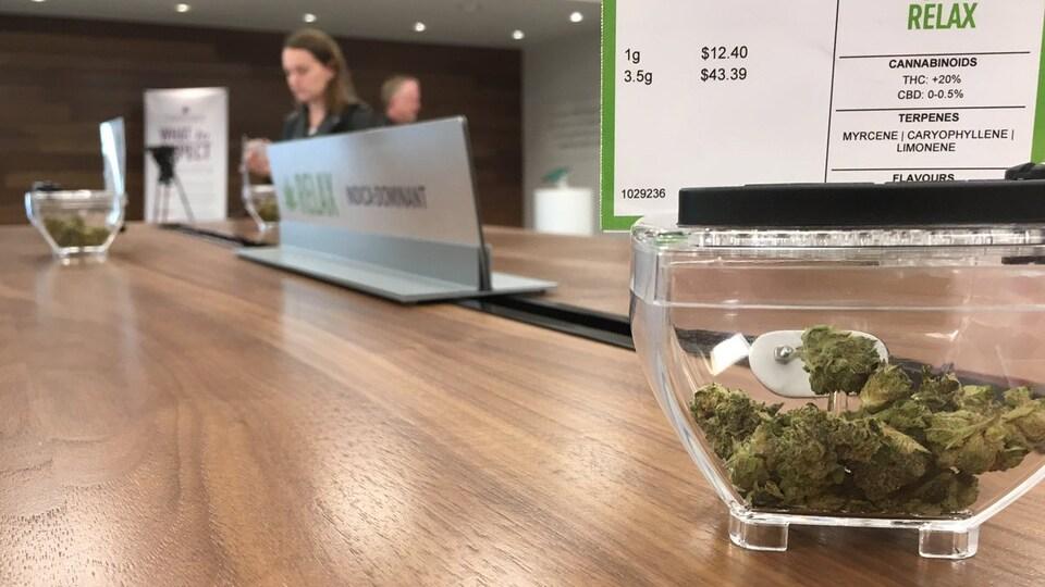 Un présentoir de cannabis dans un magasin